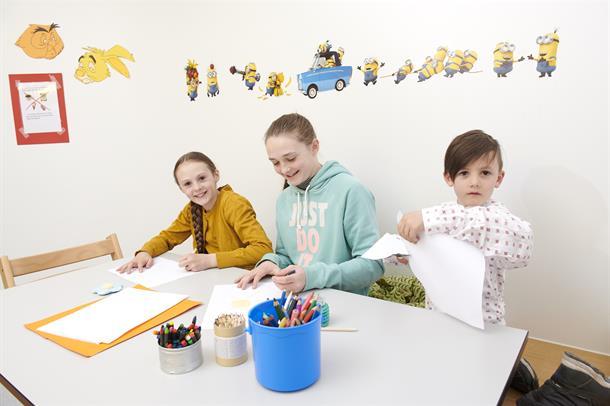 3 barn som tegner