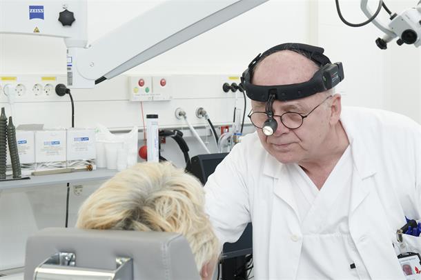 Lege og pasient undersøkelse - øre-nese-hals. Illustrasjonsbilde.