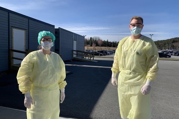 Sykepleiere utenfor akuttmottaket