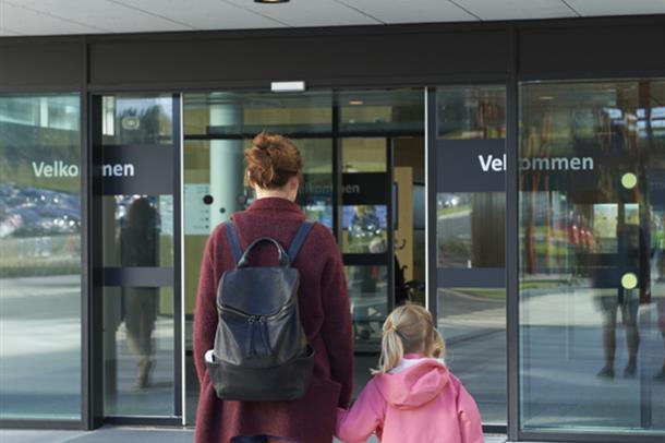 Illustrasjonsbilde: Mor og datter på vei inn i sykehuset