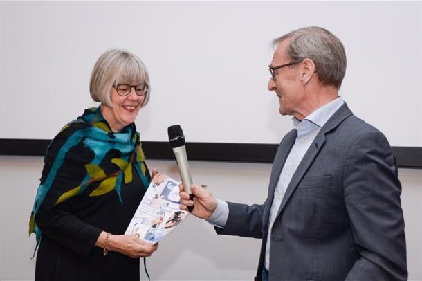 Anne Grethe Erlandsen mottar rapporten