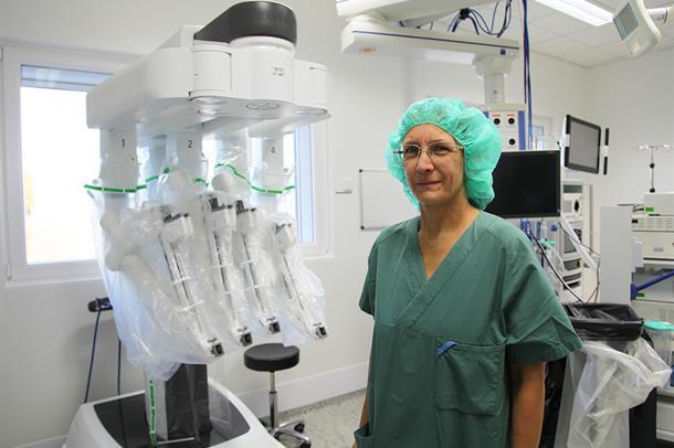 Prosjektleder Barbara Thorsen ved operasjonsroboten som nå er på plass på Kalnes.
